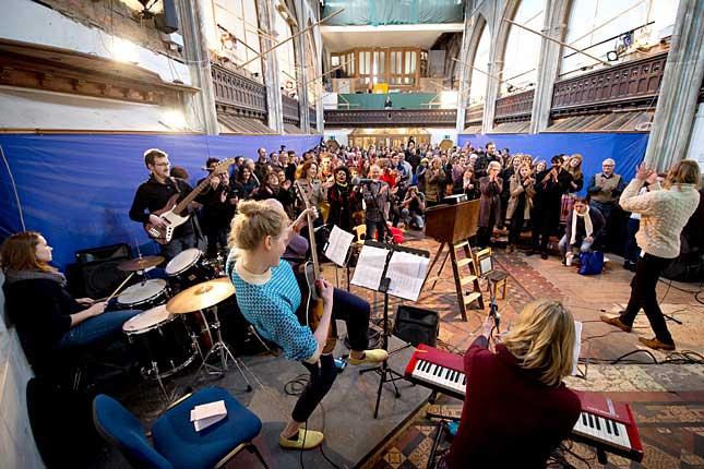 A templomból ismert egyházi imádságok helyett itt Beatles-, Queen- és Oasis-dalokat énekelnek